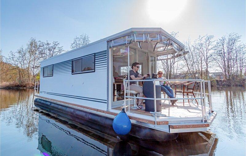 Amazing ship/boat in Hennigsdorf with 1 Bedrooms (DBE151), holiday rental in Oranienburg