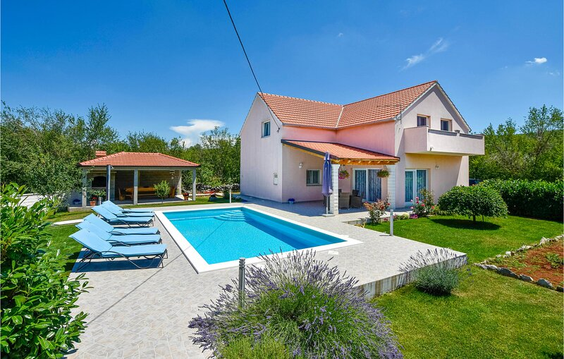 Stunning home in Dugopolje with WiFi and 4 Bedrooms (CDE941), holiday rental in Dugopolje