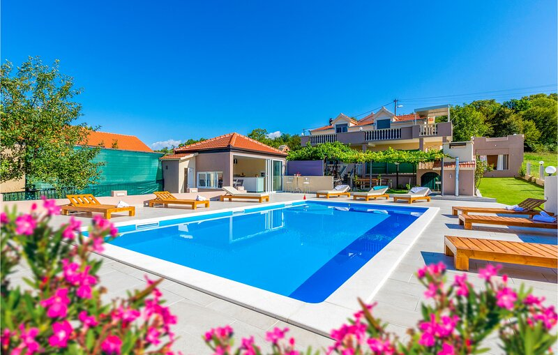 Beautiful apartment in Obrovac Sinjski with Outdoor swimming pool and 3 Bedrooms, holiday rental in Canton 10