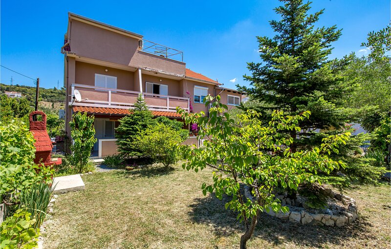 Nice home in Palit with WiFi and 2 Bedrooms (CKR132), holiday rental in Mundanije