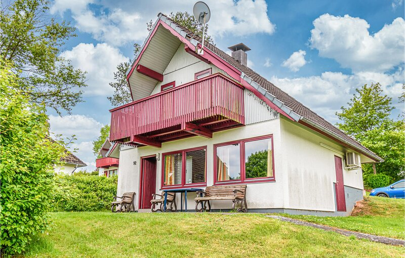 Nice home in Kirchheim/Hessen with 3 Bedrooms (DHE165), holiday rental in Schlitz