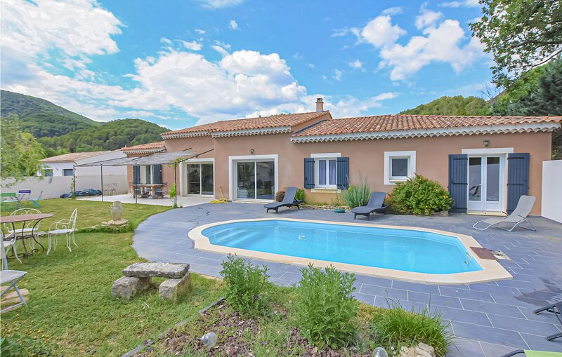 Nice home in Propiac-les-Bains with Outdoor swimming pool, WiFi and 4 Bedrooms (, location de vacances à Propiac
