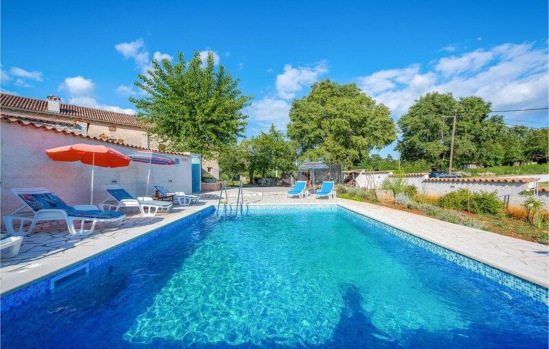 Stunning home in Rezanci with Outdoor swimming pool and 4 Bedrooms (CIC040), location de vacances à Stokovci