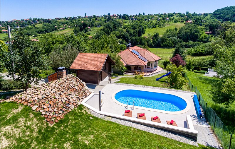Nice home in Varazdin Breg with Outdoor swimming pool, Sauna and 2 Bedrooms (CCC, holiday rental in Varazdin