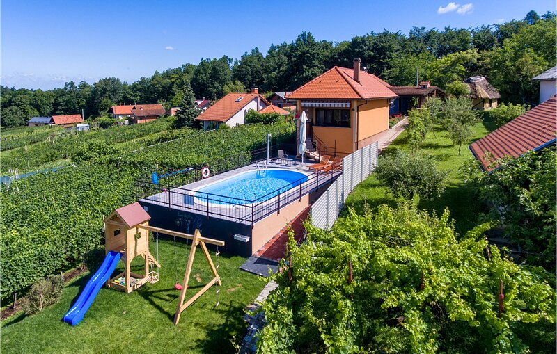 Awesome home in Jalzabet with Outdoor swimming pool and 2 Bedrooms (CCC159), location de vacances à Sveti Martin
