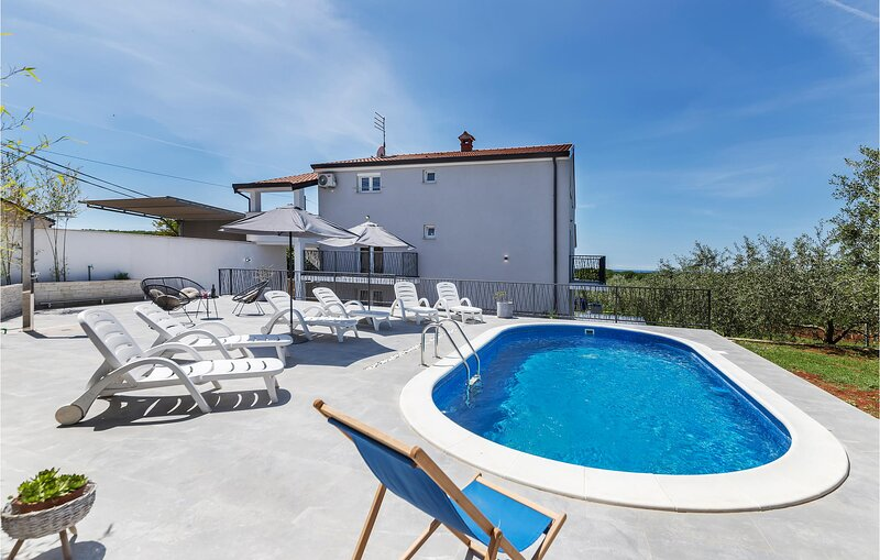 Amazing home in Porec with 2 Bedrooms (CIE515), holiday rental in Fuskulin