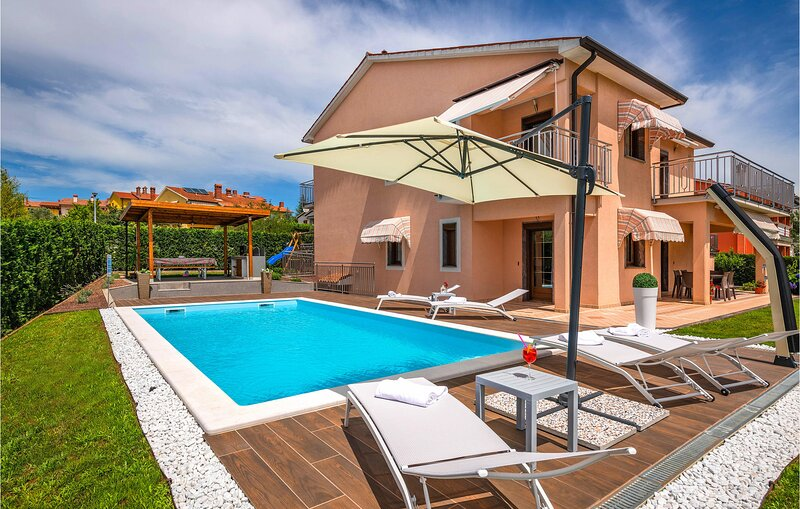 Awesome apartment in Labin with Outdoor swimming pool, WiFi and 3 Bedrooms (CIO2, holiday rental in Vinez