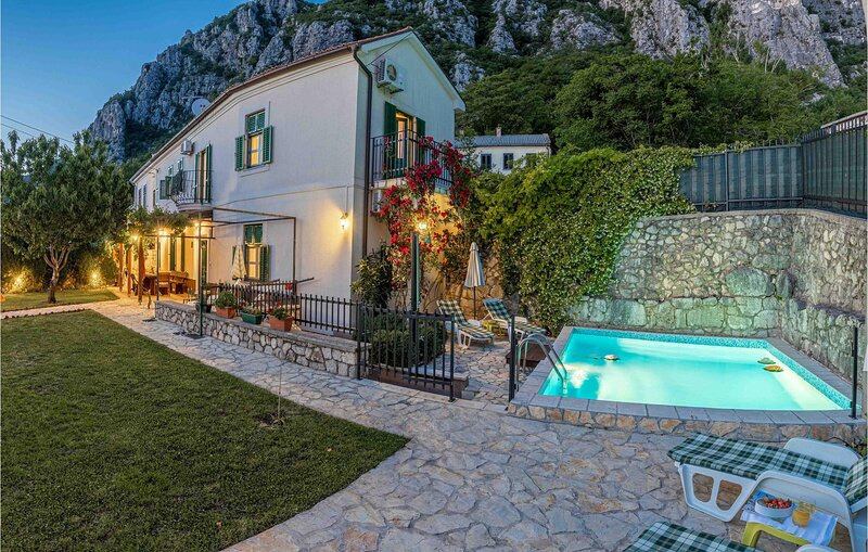 Beautiful home in Grizane with Outdoor swimming pool, WiFi and 3 Bedrooms (CKC57, casa vacanza a Kamenjak