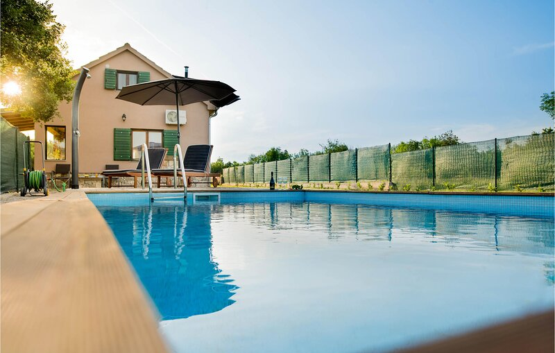 Stunning home in Trilj with Outdoor swimming pool and 2 Bedrooms (CDC289), casa vacanza a Ugljane