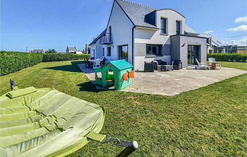 Beautiful home in Lilia, Plouguerneau with WiFi and 4 Bedrooms (FBF567), aluguéis de temporada em Lannilis