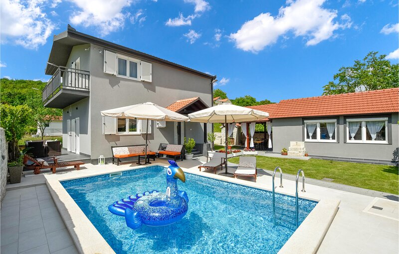 Awesome home in Sinj with WiFi and 3 Bedrooms (CDE975), location de vacances à Sinj