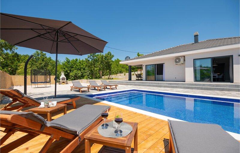 Beautiful home in Glavina Gornja with Outdoor swimming pool, WiFi and 3 Bedrooms, location de vacances à Posusje