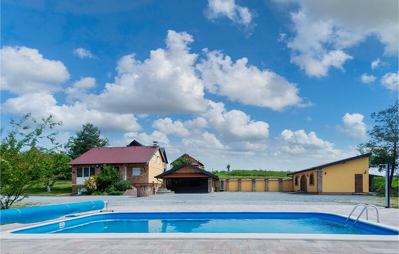 Amazing home in Vrhovina with Outdoor swimming pool and 2 Bedrooms (CCS046), aluguéis de temporada em Dakovo