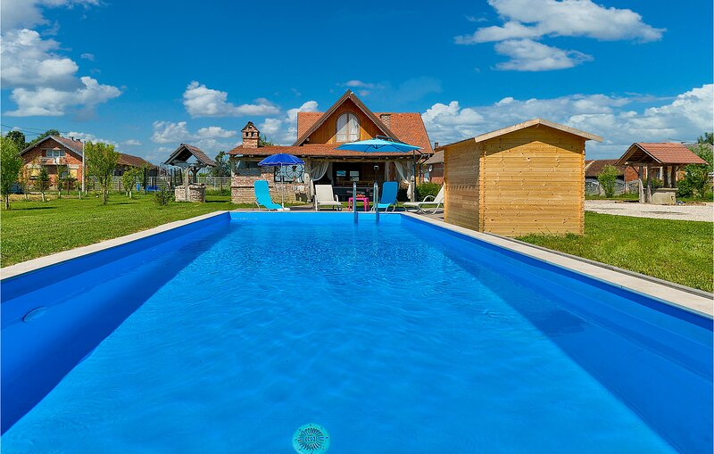 Amazing home in Vrbovec with WiFi, Outdoor swimming pool and 2 Bedrooms (CCC302), location de vacances à Sveti Martin
