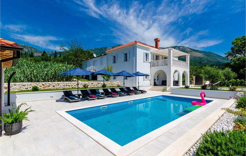 Awesome home in Gruda with Outdoor swimming pool and 5 Bedrooms (CDD811), holiday rental in Dunave Krajnje