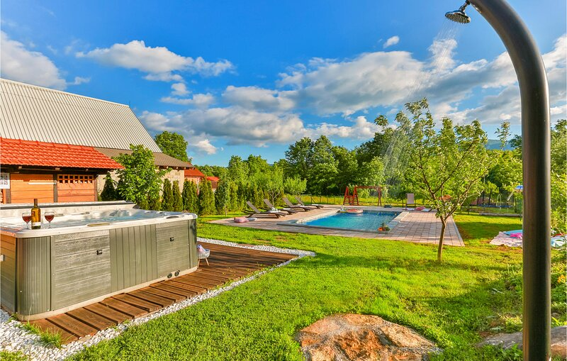 Awesome home in Lovinac with Outdoor swimming pool, Jacuzzi and 2 Bedrooms (CCL0, aluguéis de temporada em Gracac