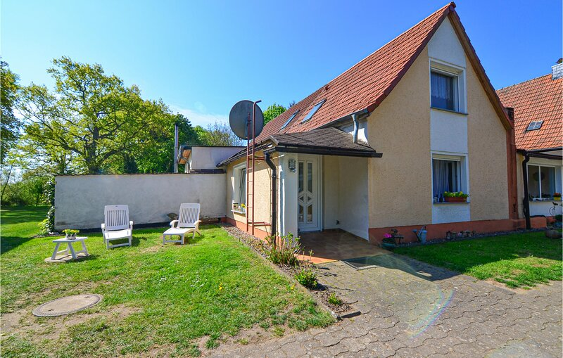 Beautiful home in Vollratsruhe with WiFi and 1 Bedrooms (DMV439), holiday rental in Muhl Rosin