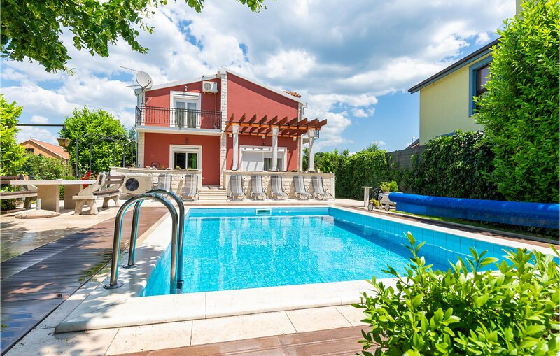 Amazing home in Trilj with WiFi and 6 Bedrooms (CDT268), casa vacanza a Ugljane