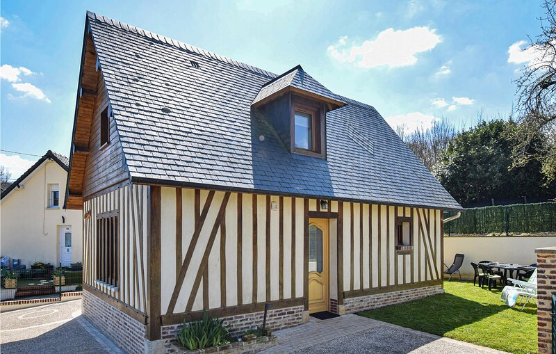 Beautiful home in Héricourt-en-Caux with WiFi and 3 Bedrooms (FNS066), location de vacances à Berville