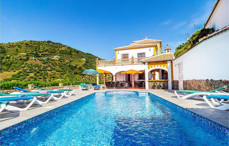 Nice home in Sayalonga with WiFi and 6 Bedrooms (EAN783), holiday rental in Sayalonga