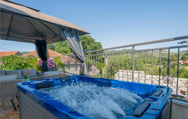 Amazing home in Ploce with WiFi and 3 Bedrooms (CDR429), location de vacances à Bacina