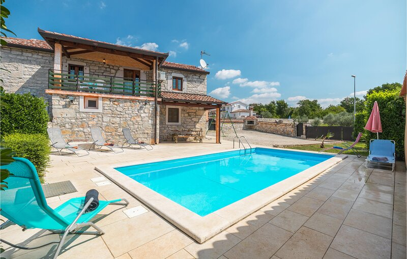 Beautiful home in Visnjan with WiFi and 2 Bedrooms (CIL981), casa vacanza a Fabci