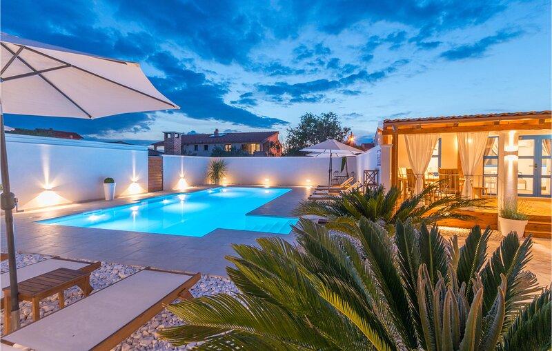 Nice home in Biograd na moru with Outdoor swimming pool and 6 Bedrooms (CDA642), holiday rental in Biograd na Moru