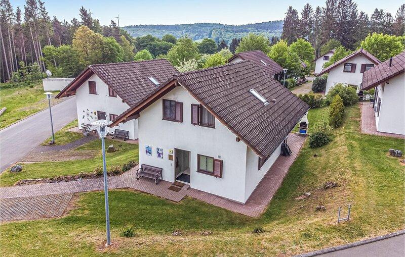 Amazing home in Kirchheim/Hessen with 5 Bedrooms (DHE124), location de vacances à Neukirchen