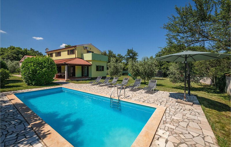 Amazing home in Pavicini with Outdoor swimming pool, WiFi and 4 Bedrooms (CIK652, casa vacanza a Segotici