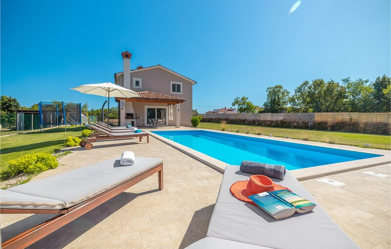 Stunning home in Zminj with WiFi and 3 Bedrooms (CIC403), holiday rental in Foli