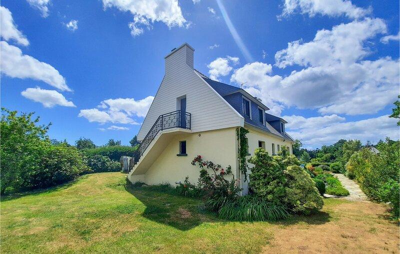 Nice home in Concarneau with WiFi and 3 Bedrooms (FBF068), location de vacances à Rosporden