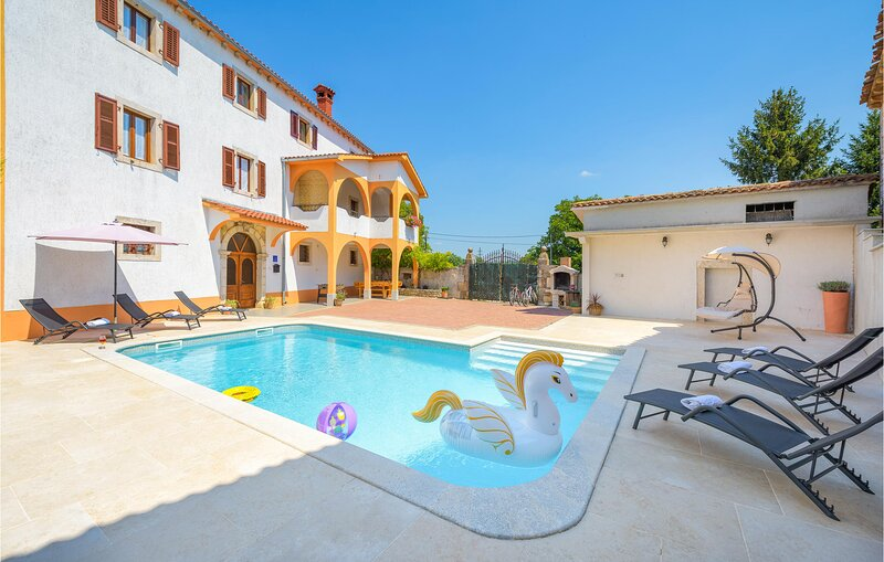 Amazing home in Motovun with WiFi and 4 Bedrooms (CIC284), holiday rental in Karojba