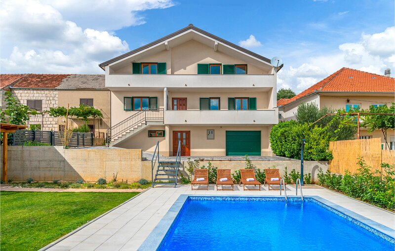 Amazing home in Imotski with WiFi, 3 Bedrooms and Outdoor swimming pool (CDC217), location de vacances à Posusje