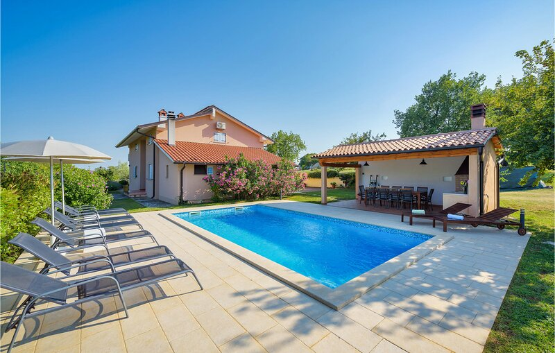Amazing home in Pazin with WiFi and 4 Bedrooms (CIC401), casa vacanza a Tinjan