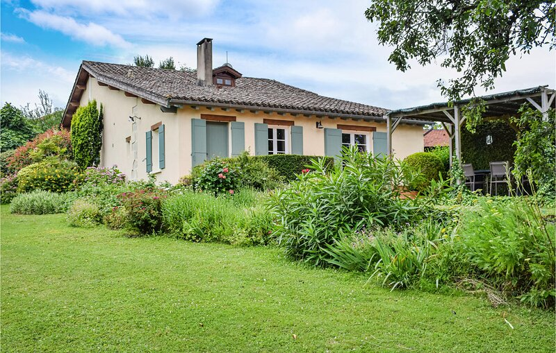 Awesome home in Bourgougnague with WiFi and 4 Bedrooms (FAT013), vacation rental in Saint Pardoux-Isaac