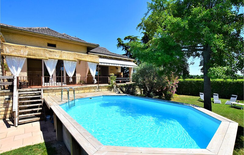 Awesome home in Lamotte Du Rhone with WiFi and 5 Bedrooms (FPV576), vacation rental in Mondragon