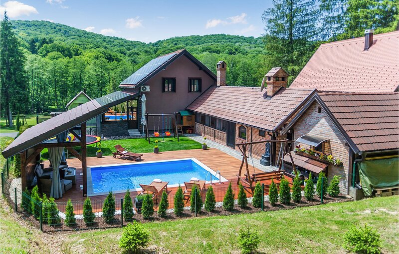 Amazing home in Novo Zvecevo with Outdoor swimming pool, Sauna and 4 Bedrooms (C, holiday rental in Pakrac