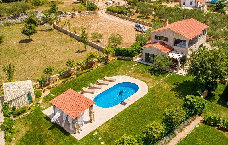 Beautiful home in Linardici with Outdoor swimming pool, WiFi and 4 Bedrooms (CKI, aluguéis de temporada em Linardici