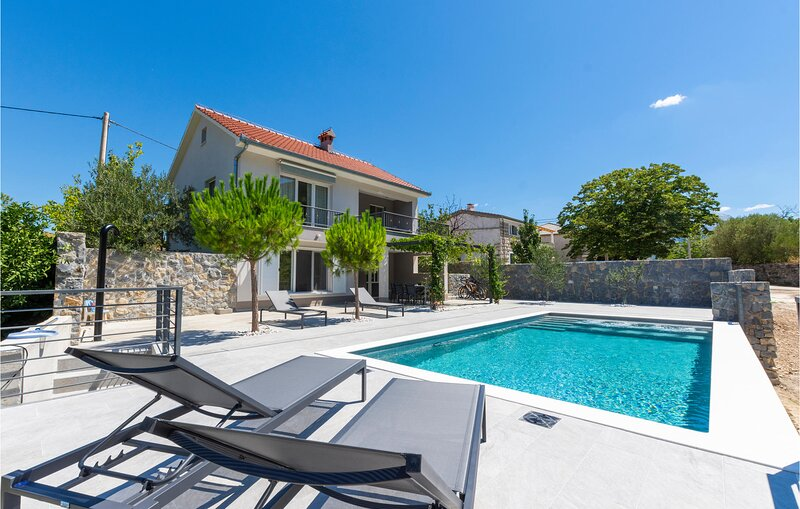 Beautiful home in Slime with WiFi and 2 Bedrooms (CDF303), casa vacanza a Slime