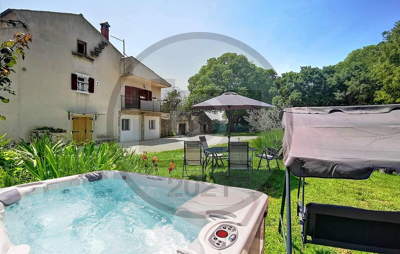 Amazing home in Mrgani with Jacuzzi and 2 Bedrooms (CIV692), casa vacanza a Brajkovici