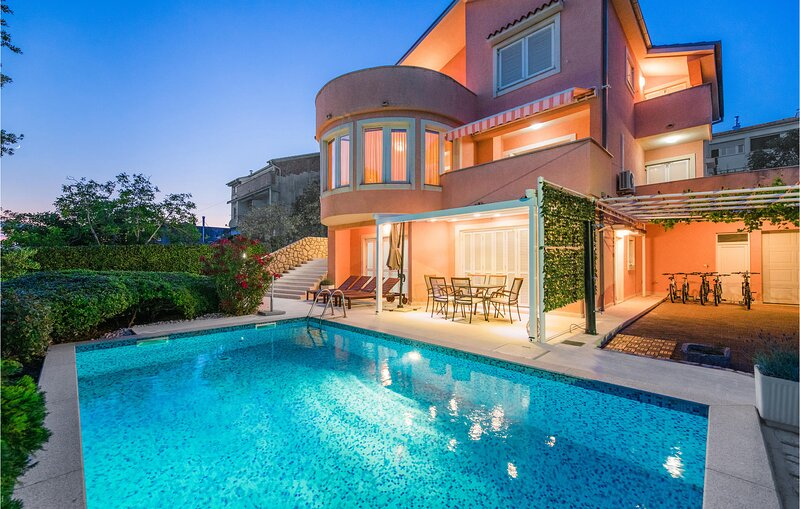 Nice home in Novi Vinodolski with WiFi and 5 Bedrooms (CKN300), casa vacanza a Donji Zagon