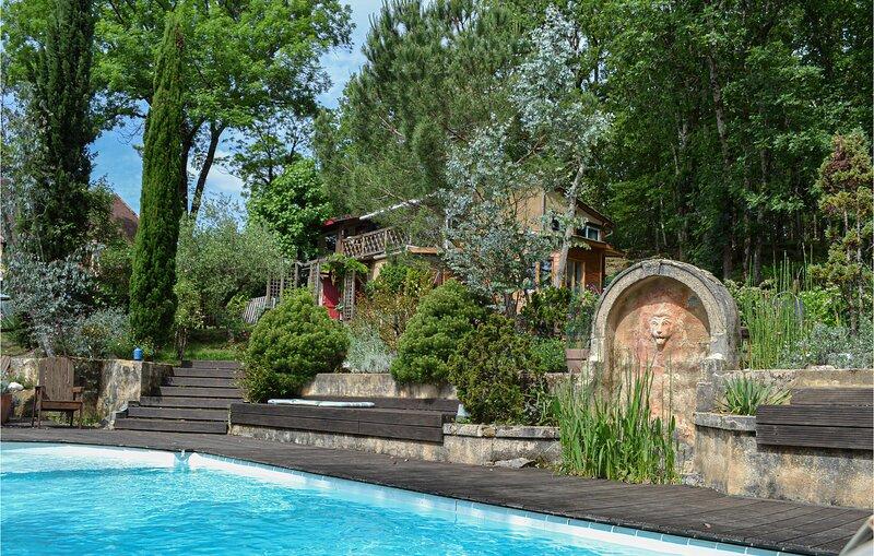 Nice home in Les Eyzies with Outdoor swimming pool, WiFi and 2 Bedrooms (FAD399), location de vacances à Savignac-de-Miremont