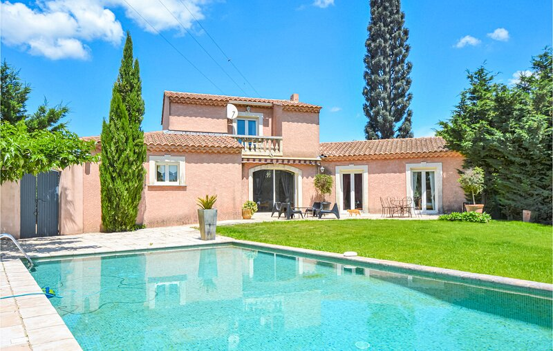 Nice home in Eyguieres with WiFi and 4 Bedrooms (FPB133), vacation rental in Eyguieres