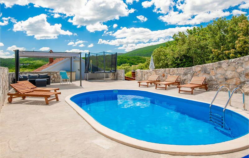 Amazing home in Medovdolac with WiFi, Outdoor swimming pool and 3 Bedrooms (CDC5, location de vacances à Zagvozd