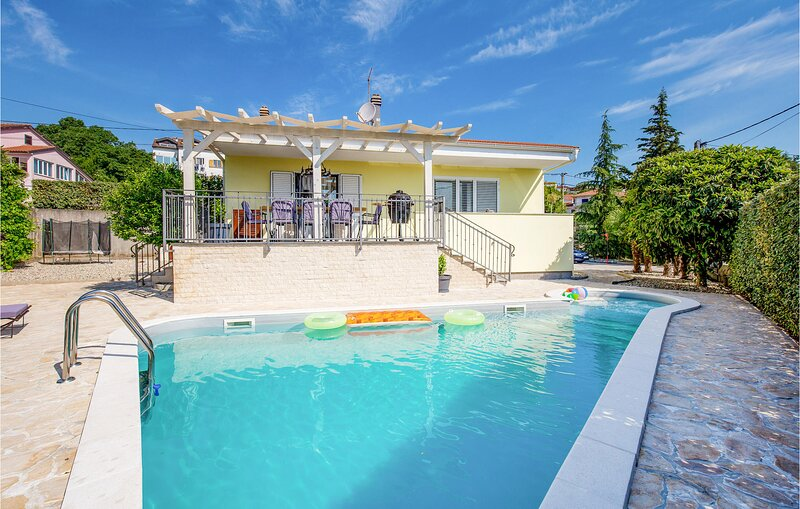 Amazing home in Opatija with WiFi, 4 Bedrooms and Outdoor swimming pool (CKO907), location de vacances à Matulji