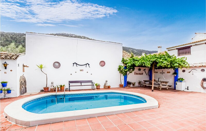 Awesome home in Rute with Outdoor swimming pool, WiFi and 3 Bedrooms (EAC566), alquiler vacacional en Cabra