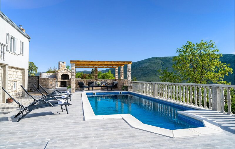 Amazing home in Ston with Outdoor swimming pool, WiFi and 4 Bedrooms (CDP520), casa vacanza a Putnikovic