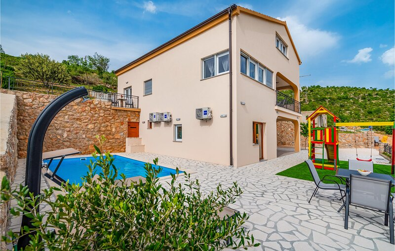 Nice home in Modric with Outdoor swimming pool and 4 Bedrooms (CDA732), holiday rental in Lovinac