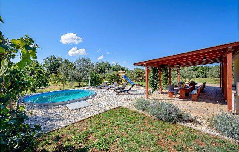 Beautiful home in Pula w/ 2 Bedrooms (CIR224), location de vacances à Valtura