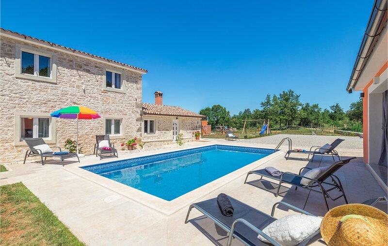 Beautiful home in Visnjan with Outdoor swimming pool, Outdoor swimming pool and, casa vacanza a Fabci